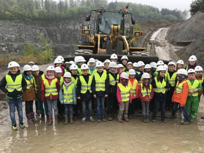 Zwischen Baggern und Mulden: Christopherus-Schule unterwegs im Steinbruch