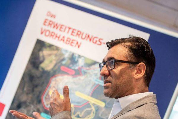 Marco Röhrig, Geschäftsleiter der Firma Röhrig Granit, informiert über die geplante Erweiterung des Steinbruchs. Foto: Sascha Lotz